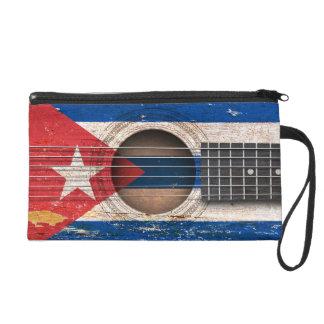 Bandera cubana en la guitarra acústica vieja