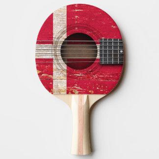 Bandera danesa en la guitarra acústica vieja pala de tenis de mesa