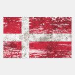 Bandera danesa rascada y llevada pegatinas