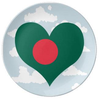 Bandera de Bangladesh en un fondo nublado