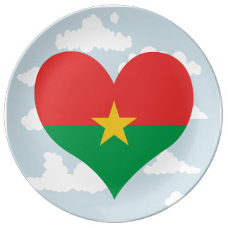 Bandera de Burkinabe en un fondo nublado