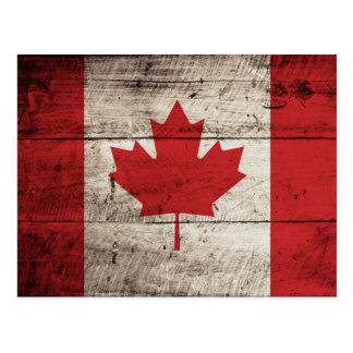 Bandera de Canadá en grano de madera viejo Postal