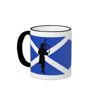 Bandera de Escocia, silueta escocesa del gaitero Taza De Dos Colores