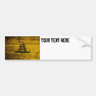 Bandera de Gadsden en grano de madera viejo Etiqueta De Parachoque