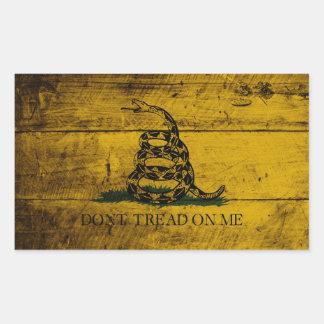 Bandera de Gadsden en grano de madera viejo Pegatina Rectangular