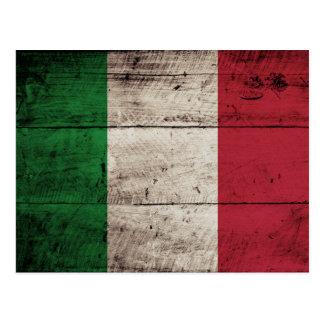 Bandera de Italia en grano de madera viejo Postales
