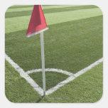 Bandera de la esquina roja en campo de fútbol pegatina cuadrada