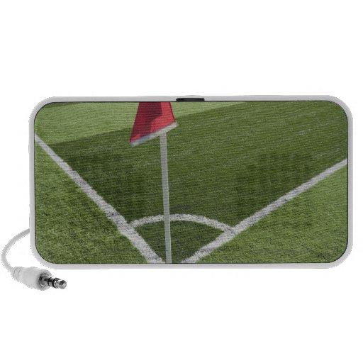 Bandera de la esquina roja en campo de fútbol sistema de altavoz