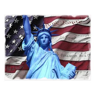 Bandera de la postal y estatua de la libertad