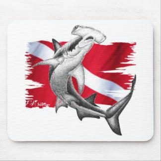 Bandera de la zambullida con el tiburón-buceador d alfombrillas de ratón