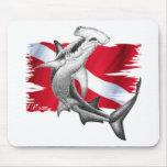 Bandera de la zambullida con el tiburón-buceador d alfombrilla de ratones