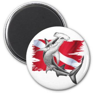 Bandera de la zambullida con el tiburón-buceador imán redondo 5 cm