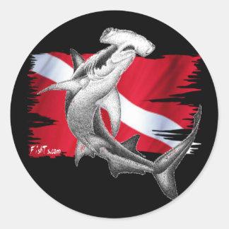 Bandera de la zambullida con el tiburón-buceador pegatina redonda