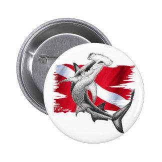 Bandera de la zambullida con el tiburón-buceador pin redondo de 2 pulgadas