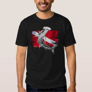 Bandera de la zambullida con el tiburón-buceador remeras