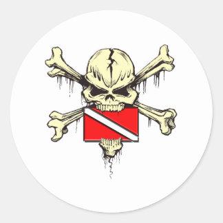 bandera de la zambullida del cráneo pegatina redonda