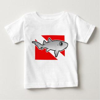 Bandera de la zambullida del tiburón de enfermera playera de bebé