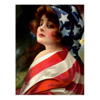 Bandera de los E.E.U.U. de la mujer el 4 de julio Postales