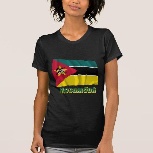 Bandera de Mozambique que agita con nombre en ruso Camisetas