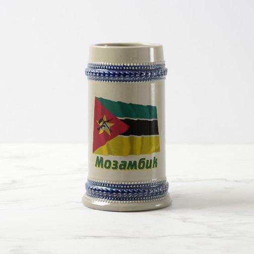 Bandera de Mozambique que agita con nombre en ruso Tazas