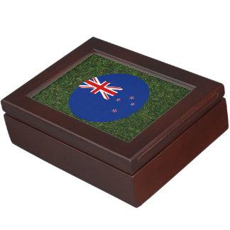 Bandera de Nueva Zelanda en hierba Cajas De Recuerdos