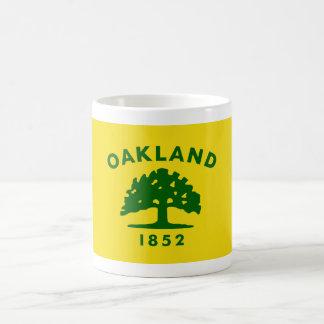 Bandera de Oakland, California Taza Básica Blanca