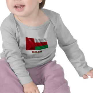 Bandera de Omán que agita con nombre en ruso Camisetas