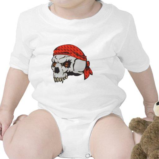 Bandera de pirata observada mal del cráneo camisetas
