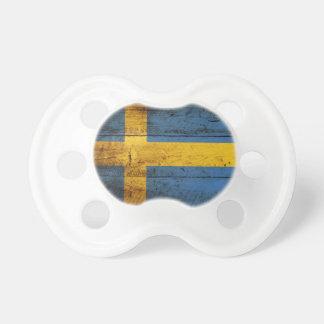 Bandera de Suecia en grano de madera viejo Chupete De Bebe