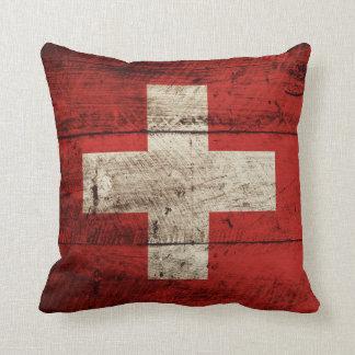 Bandera de Suiza en grano de madera viejo Cojín Decorativo