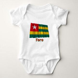 Bandera de Togo que agita con nombre en ruso Body Para Bebé