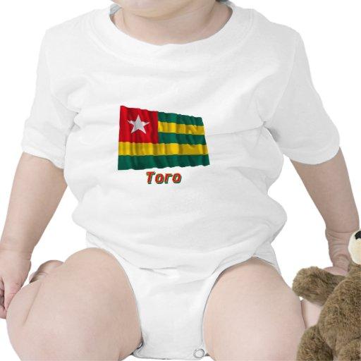 Bandera de Togo que agita con nombre en ruso Camisetas
