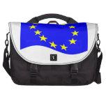 Bandera de unión europea que agita bolsas para ordenador