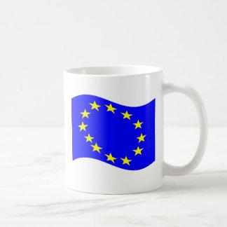 Bandera de unión europea que agita tazas de café