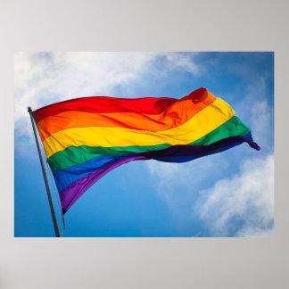 Bandera del arco iris que agita en el viento póster