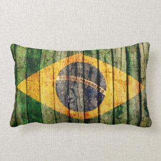 Bandera del Brasil del Grunge en textura de madera Cojín