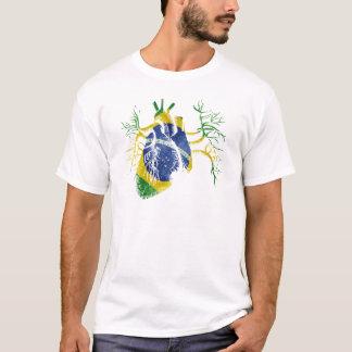Bandera del Brasil en corazón real Playera