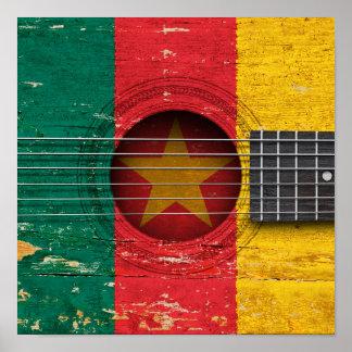 Bandera del Camerún en la guitarra acústica vieja Poster