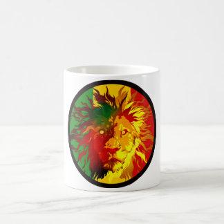 bandera del león del reggae del rasta taza clásica