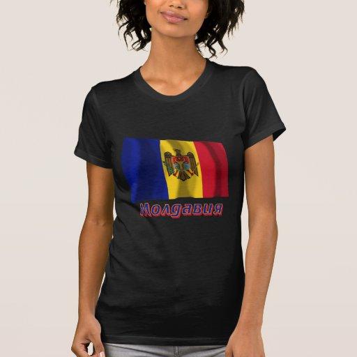 Bandera del Moldavia que agita con nombre en ruso Camiseta