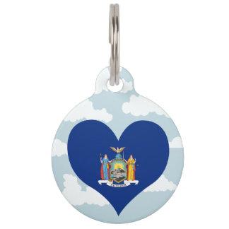 Bandera del neoyorquino en un fondo nublado