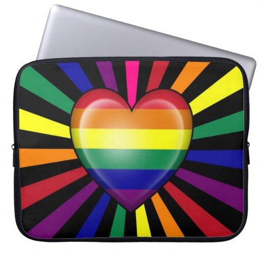 Bandera del orgullo gay del corazón del arco iris  fundas computadoras