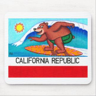 Bandera del oso de California que practica surf Tapete De Ratones