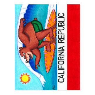 Bandera del oso de California que practica surf Tarjeta Postal
