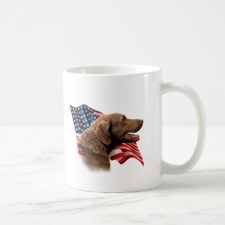 Bandera del perro perdiguero de bahía de Chesapeak Taza Básica Blanca