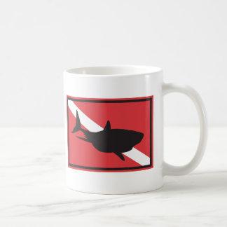 Bandera del salto del tiburón taza básica blanca