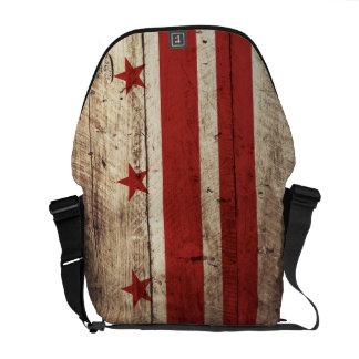 Bandera del Washington DC en grano de madera viejo Bolsa De Mensajería