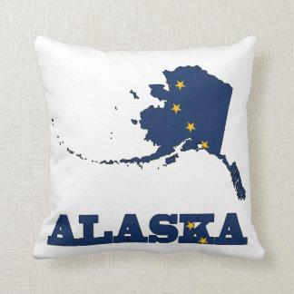 Bandera en el mapa de Alaska Cojín Decorativo