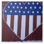 Bandera en la forma del corazón pintada en granero teja cerámica