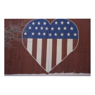 Bandera en la forma del corazón pintada en granero impresión en madera